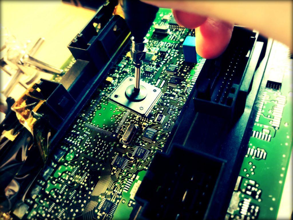 audi automobilio mikroprocesoriaus valdiklio litavimas karstu oru